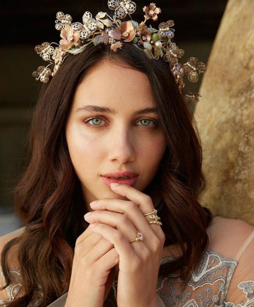 Thêm một gợi ý về chiếc vương miện hoa nhưng chất liệu ngọc trai chủ đạo sẽ giúp bạn tạo phong cách cổ điển, sang trọng. Màu sắc phong phú của chiếc vương miện phù hợp với không khí tiệc cưới mùa xuân hè.