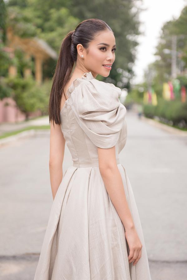 Phạm Hương đến làm giám khảo cuộc thi Miss Sakura do một hiệp hội tiếng Nhật tổ chức.