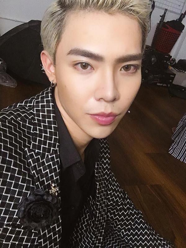 Erik theo đuổi phong cách trang điểm Hàn Quốc với lớp nền căng bóng, son môi màu sáng tự nhiên và tạo dáng lông mày cánh cung.