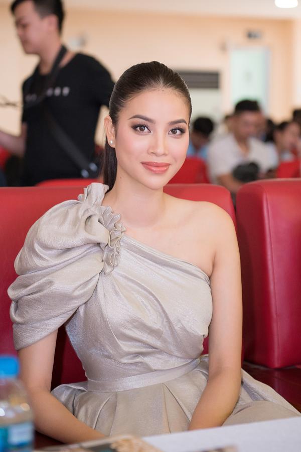 Hoa hậu cũng chia sẻ nhiều điều về bản thân, đồng thời động viên các sinh viên cố gắng học tập để đạt thành tựu trong tương lai.