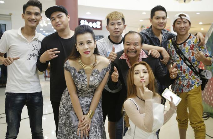Đoàn phim Lộ mặt còn có diễn viên hài Mạc Văn Khoa (ngoài cùng bên trái), Duy Phước (đội mũ đen) và nhiều tên tuổi của làng hài TP HCM tham gia.