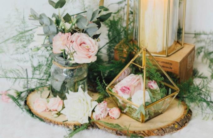 Hãy sử dụng hoa theo mùa để trang trí tiệc cưới.