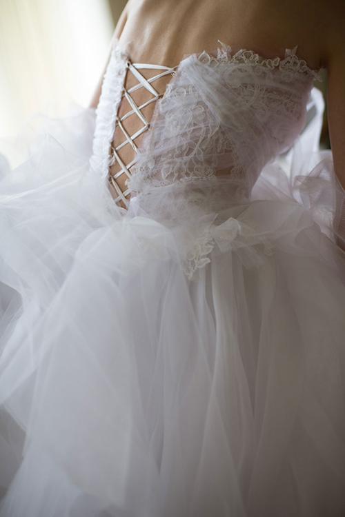 Váy cưới có những khoảng hở:Những khoảng hở sau lưng váy sẽ góp phần tôn lên nétgợi cảm của cô dâu. Tuy nhiên, cô dâu cũng cần chọn thiết kế với những khoảng hở vừa phải để không đánh mất sự tinh tế.