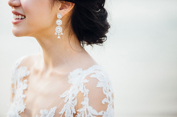 Trang sức đi kèm phù hợp:Nguyên tắc cần nhớ là không đeo thêm vòng cổ nếu phần cổ áo của váy cưới đã đính kết ngọc trai, hạt cườm.