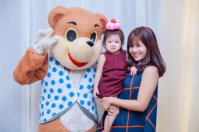 Diễn viên Mai Phương và con gái.