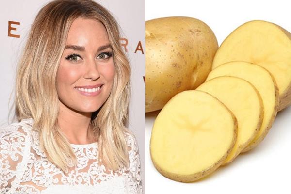 Lauren Conrad dùng hai lát khoai tây đã được làm lạnh đắp lên mắt mỗi sáng vừa để tỉnh táo hơn, vừa giúp hạn chế bọng mắt.