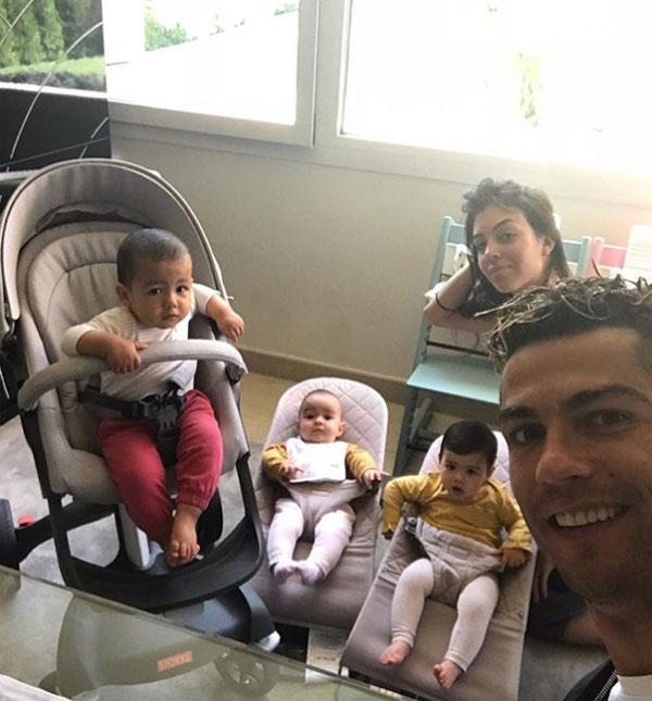 C. Ronaldo cùng bạn gái và ba đứa con tại nhà. Ảnh: NN.