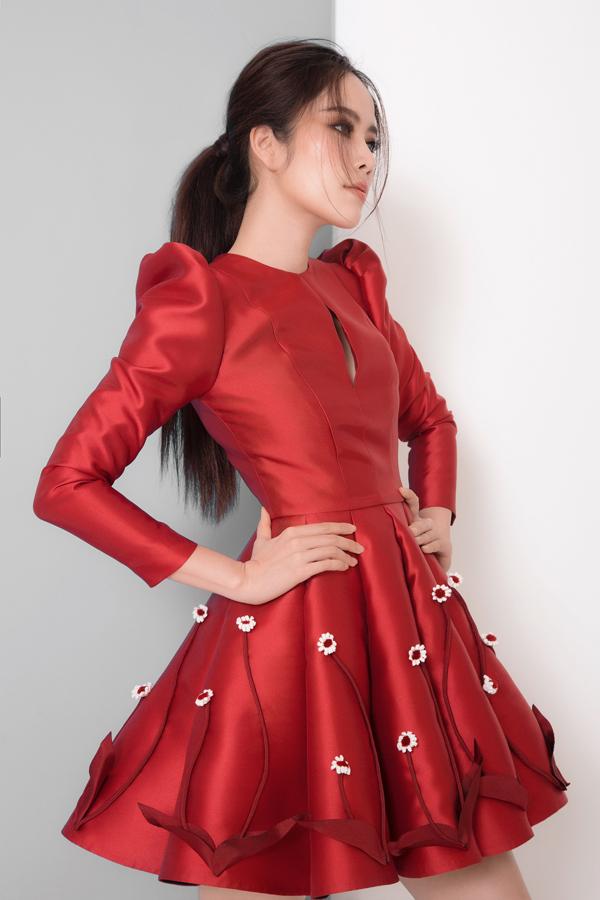 Váy đơn sắc trên các tông màu trắng, đỏ và đen được trang trí những cánh hoa dại mang tới sự lãng mạn và giúp người mặc trở nên nữ tính hơn.