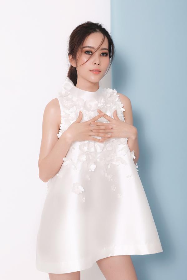 Trong bộ ảnh thời trang vừa thực hiện Mỹ nhân thất tình được nhà thiết kế Hằng Nguyễn chọn lựa để giới thiệu các mẫu váy dành cho mùa hè.