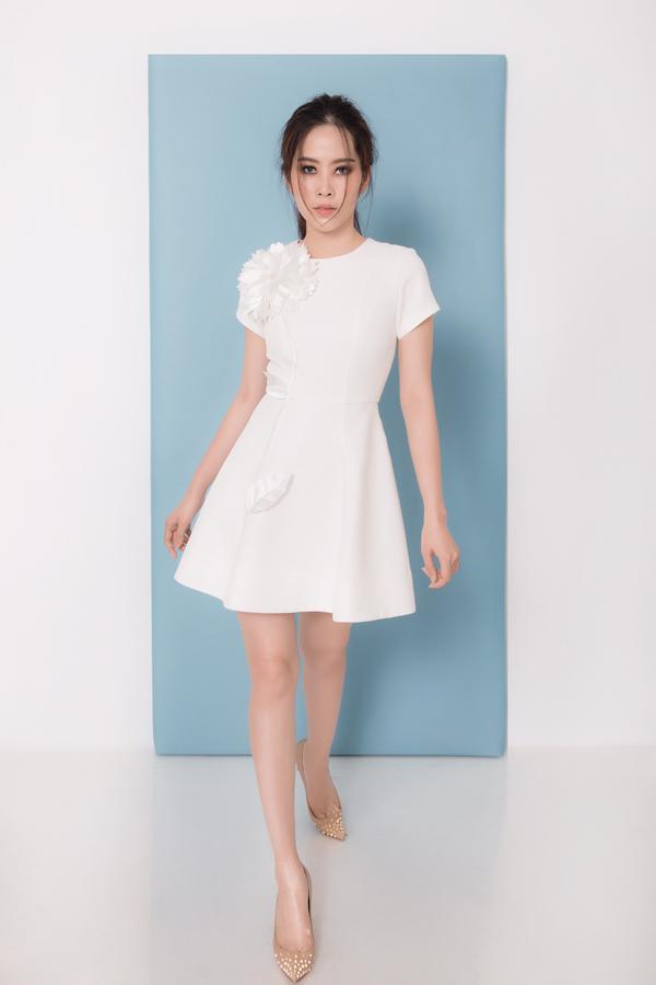 Bộ sưu tập Em Hạ tập trung khai thác các mẫu váy ngắn pha trộn phần tùng và xoè nhẹ ảnh hưởng phong cách cổ điển.