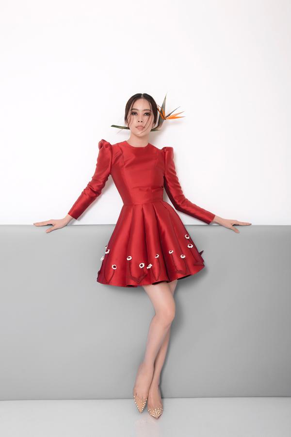 Các chi tiết cầu vai nhún eo, xếp ly cho chân váy đều được chăm chút cẩn thận để mang tới sự mới lạ cho các kiểu váy ngắn.