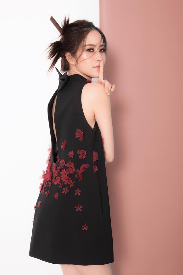 Những đường cut out sắc xảo cũng được bố trí một cách hài hoà trên từng mẫu trang phục để khai thác nét gợi cảm và giúp phái đẹp thoải mái trong không khí nắng nóng.