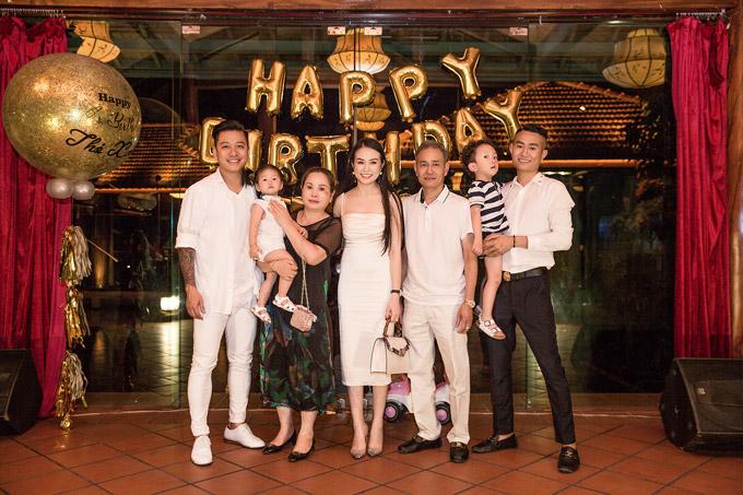 Trước khi tổ chức party riêng dành cho bạn bè, Tuấn Hưng còn mở tiệc hoành tráng tại một nhà hàng để mừng sinh nhật vợ. Bố mẹ vợ và hai con Su Hào, Son cũng có mặt.