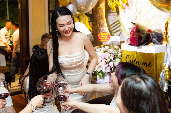 Mặc dù mới 27 tuổi nhưng bà xã Tuấn Hưng không sống dựa vào chồng mà có sự nghiệp kinh doanh riêng. Cô đang là bà chủ của một cơ cở làm đẹp tại Hà Nội.