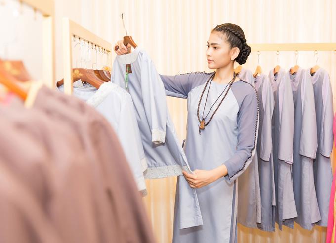 Trương Thị May chọn mua vài bộ trang phục mới để dành đi chùa và tham dự các sự kiện dành cho Phật tử.