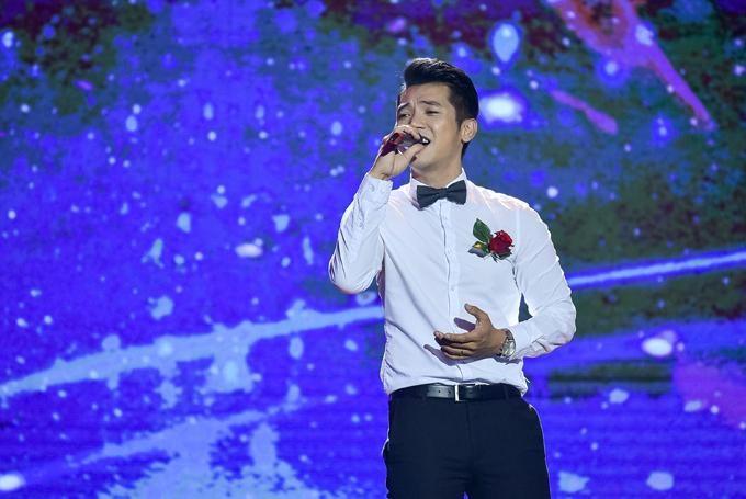 Mai Quốc Việt hát Bông hồng cài áo và Một cõi đi về.