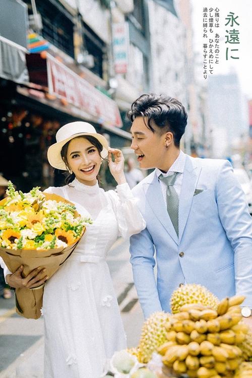 [Caption]Mặc Chính lạnh lùng, lảng tránh; Tuyền vẫn đến tiệm trái cây của anh mỗi ngày để bày tỏ tình yêu.