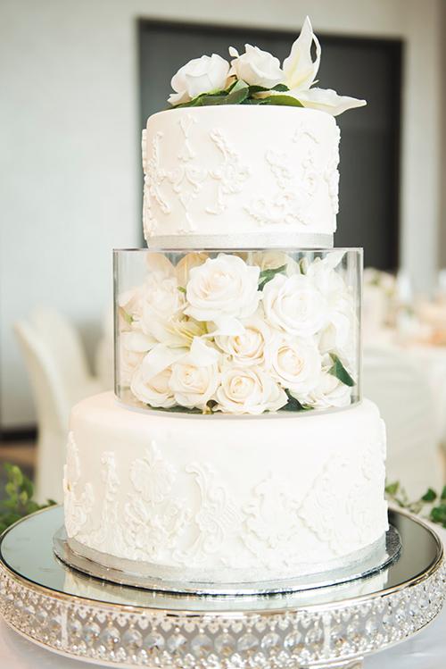 Điểm nhấn của bánh cưới là tầng thứ hai được làm bằng khối thạch rau câu hoa hồng trắng.