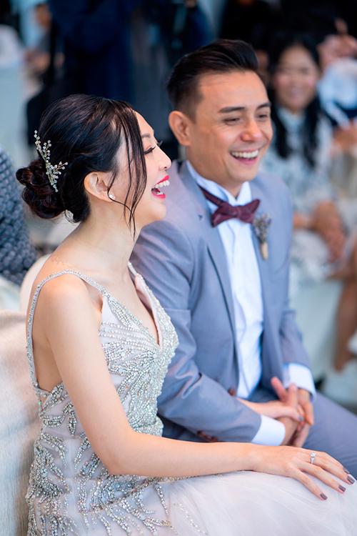 Cùng với không gian mộc mạc, tiệc cưới có kịch bản vui vẻ, đem đến những màn giao lưu giữa cô dâu chú rể và khách mời.