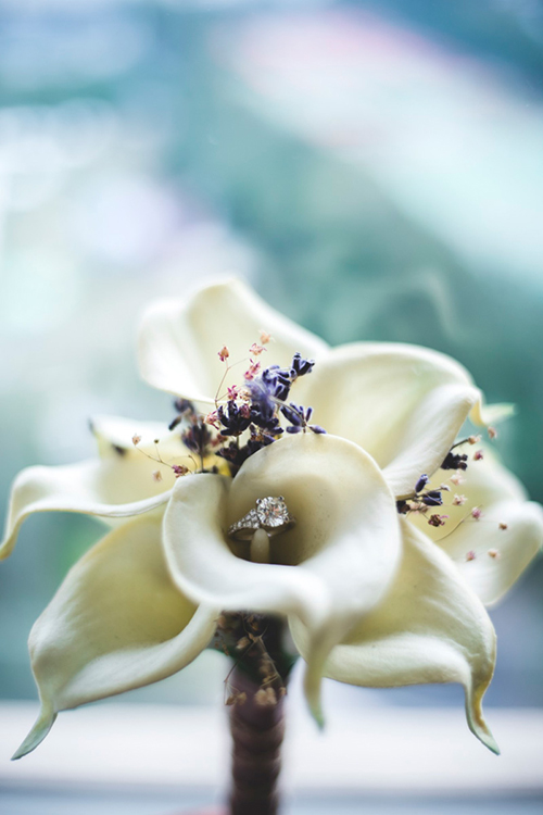 Hoa cầm tay của cô dâu được kếtđơn giản từvài bông hoa rum trắng cỡ lớn, hoa oải hương tím và hoa babymàu hồng.