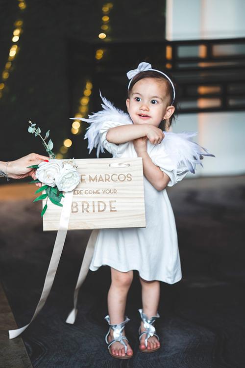 Một tấm bảng trang trí bằng gỗ có tên vợ chồng mới cưới.
