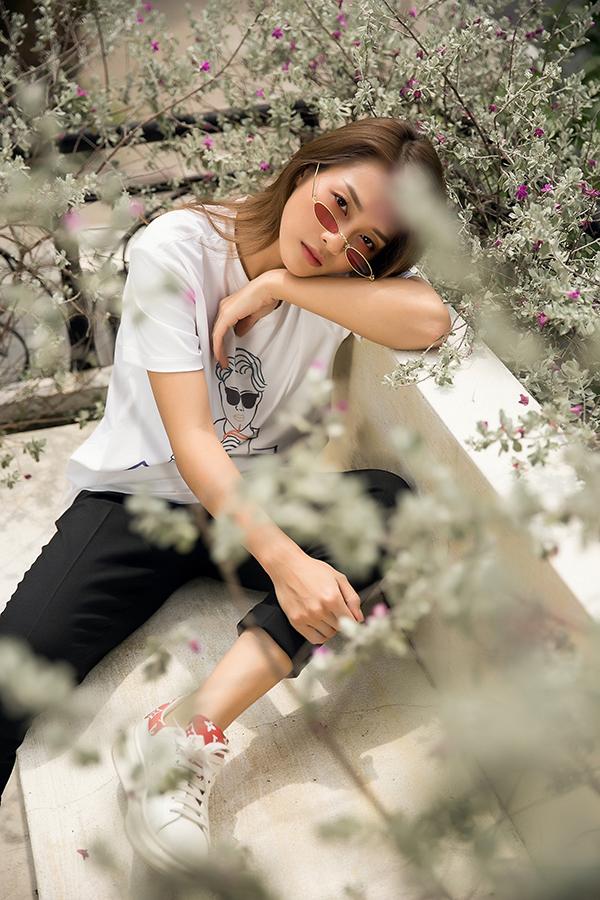 Khả Ngân là một trong những nghệ sĩ góp mặt trong bộ ảnh quảng bá sưu tập thời trang đầu tay của Vũ Cát Tường.