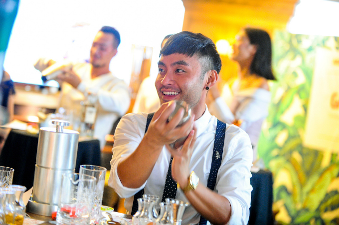 MC Dustin Phúc Nguyễn trổ tài pha chế điêu luyện.