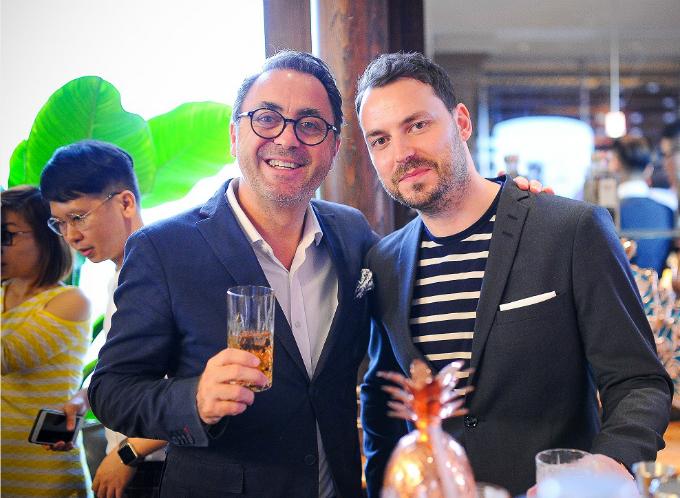 Bartender quốc tế Gareth Evans chụp ảnh cùng khách mời tại sự kiện.
