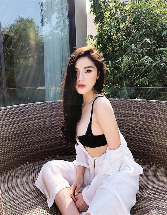 Từ một Hoa hậu thường xuyên vướng scandal, Kỳ Duyên nỗ lực vượt qua mọi sóng gió để xây dựng hình ảnh cô gái hiện đại, có phong cách ăn mặc sành điệu.
