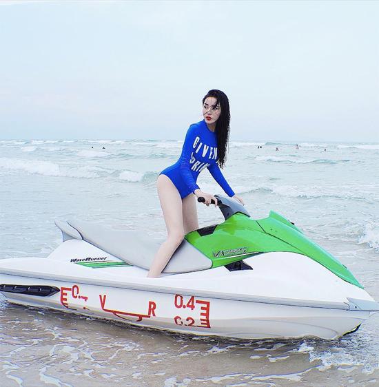 Ở lĩnh vực thời trang, người đẹp Nam Định cũng có một ví trí vững chắc khi liên tiếp đảm nhận vai trò vedette tại các show diễn lớn. Cô cũng được xem là tay chơi hàng hiệu có tiếng trong showbiz.