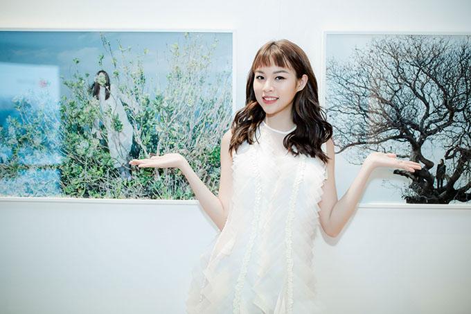 Phí Phương Anh chia sẻ, cô có lịch phải ra Huế diễn thời trang nhưng vẫn cố gắng tranh thủ dự sự kiện này vì đây là lần đầu hình ảnh của cô được giới thiệu tại một triển lãm ảnh.