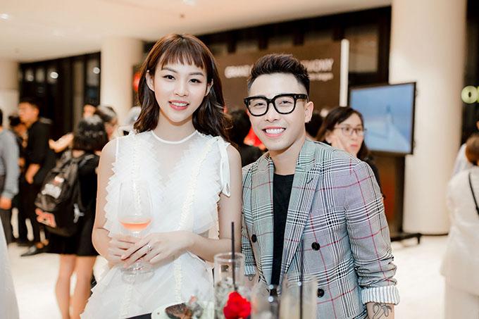 Stylist Hoàng Ku luôn theo sát, giúp Phí Phương Anh xây dựng phong cách thời trang đểngày càng toả sáng trong làng giải trí.