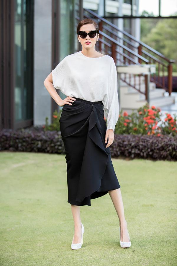 Đến Huế tham dự show diễn Xuân Hè 2018 của Đỗ Mạnh Cường, diễn viên Tăng Thanh Hà ghi điểm với phong cách thanh lịch và hiện đại khi chọn trang phục thiết kế trên chất liệu lụa mềm với kiểu dáng đồng điệu cùng trào lưu được ưa chuộng trên thế giới.