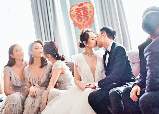 Rất nhiều những nụ hôn hai ngườiđã trao nhau trong suốt tiệc cưới.