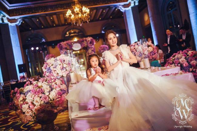 Rất nhiều hìnhảnhđẹp của cô dâu trong hỷ sựđược chia sẻ trên mạng xã hội, khiến fan nức lòng. Trong bộ váy trắng tinh khôi, Chung HânĐồng xinhđẹp như một nàng công chúa. Trên trang cá nhân, cô viết: Cảmơn sự chúc phúc của các bạn, chúng tôi sẽ sống bên nhau thật hạnh phúc.