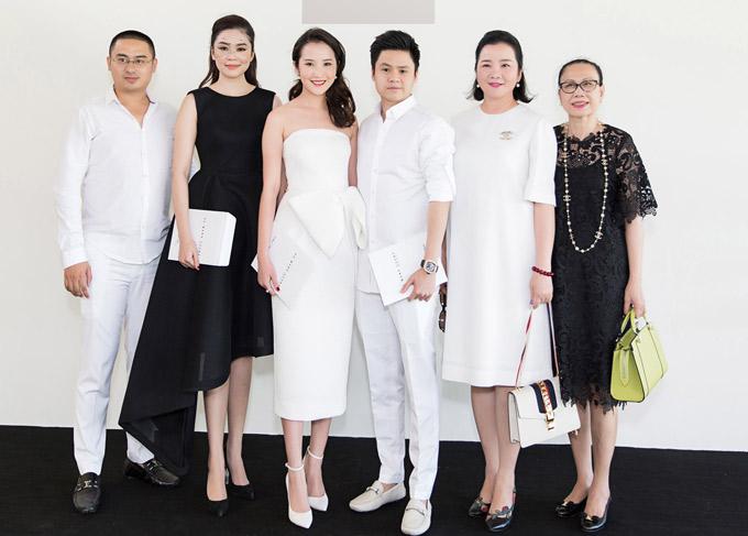 Mẹ của Primmy Trương là bà Xuân Trang (thứ hai từ phải qua) - hiệu trưởng một ngôi trường chuyên phát triển cá nhân và đào tạo tài năng ở TP HCM. Bà từng ngồi ghế giám khảo Hoa hậu Hoàn vũ Việt Nam 2017. Primmy hé lộ, mẹ cô rất quý Phan Thành.