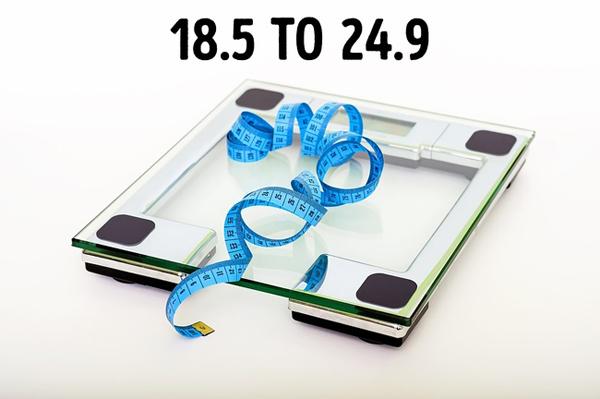 Chỉ số BMI từ 18,5 đến 24,9Để kiểm tra chỉ số BMI, bạn chỉ cần lấy cân nặng chia cho lũy thừa bậc 2 của chiều cao. Nếu kết quả nằm trong khoảng 18,5 đến 24,9 thì bạn đang có chỉ số khối cơ thể bình thường. Nếu nhỏ hơn 18,5 thì bạn hơi gầy. Nếu lớn hơn 24,9 thì bạn đã bắt đầu bước vào giai đoạn thừa cân.