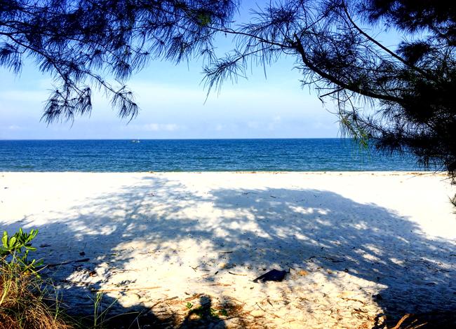 Biển Quan Lạn xanh ngắt, bãi cái trắng tinh.