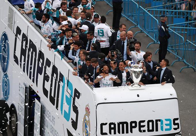 Thầy trò HLV Zidane hân hoan, vui sướng khi trên xe diễu hành.