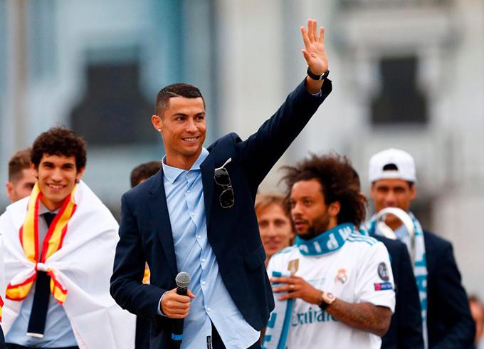 CR7 vẫy tay chào các fan. Siêu sao người Bồ Đào Nha không ghi bàn trong trận chung kết nhưng vẫn góp công lớn vào chiến tích của Real ở mùa giải này. Với 15 bàn thắng, anh là Vua phá lưới của giải. Đây là lần thứ 6 liên tiếp, C. Ronaldo đoạt danh hiệu này.