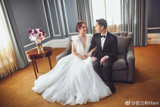 Chiếc váy cưới của Chung Hân Đồng có màu trắng tinh khôi, mềm mại với những đường xếp nếp ở thân trên.