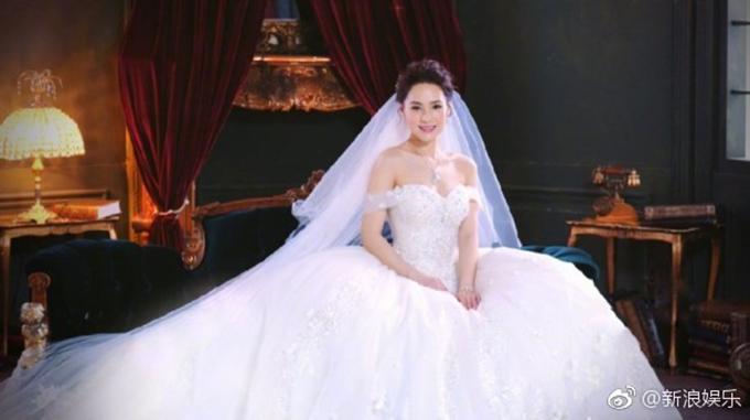 Trước đó, trong bộ ảnh cưới, Chung Hân Đồng đã mặc một chiếc váy quây cúp ngực dángbồng xòe kết hợp cùng khăn voan dài. Mẫu váyấn tượng với phần đính kết đá quý ở nửa thân trên. Ảnh: Weibo.
