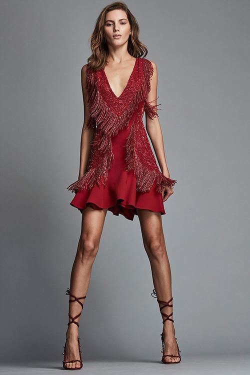 Thiết kế ấn tượng và chứa đầy sự quyến rũ khó cưỡng này là của Zuhair Murad. Chiếc váy được đính kết sequin và tua rua đỏ giúp khoe khéo đường cong của cô dâu trong từng bước đi.
