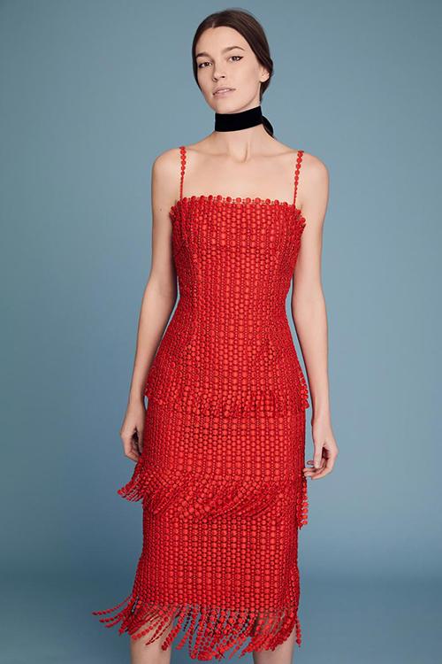 8. Váy sử dụng chất liệu đặc biệt: Chất liệu tốt sẽ giúp một chiếc váy trở nên đặc sắc và có chiều sâu. Với thiết kế 2 dây và 3 tầng váy, thiết kế của Lela Rose giúp nàng dâu trông thật cuốnhút.