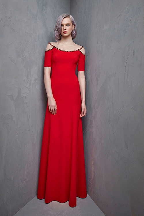 7. Mẫu váy tối giản: Xu hướng váy tối giản phù hợp với những nàng dâu yêu thích sự thanh lịch, đơn giản. Mẫu váy suông của Jenny Packham có điểm nhấn là viền áo đính đá, trở thành điểm thu hút cho tổng thể trang phục.
