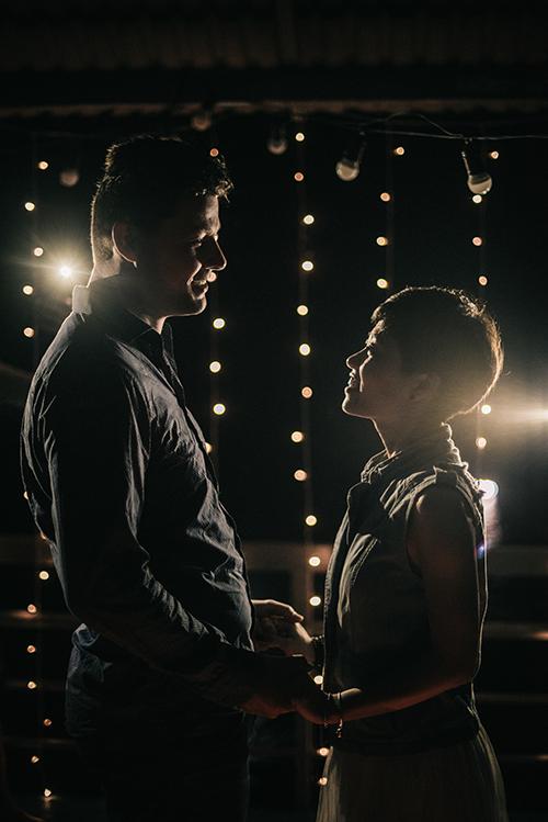 Cả hai chụp hình cưới tại ngọn hải đăng Mũi Điện.Uyên ươngđi lên như khách du lịch và chụp ảnh cưới vào buổi chiều và buổi tối. Bạn chỉ cần liên hệ trước với ban quản lý ngọn hải đăng để đặt trước phòng ở, Thùy Dương kể lại.