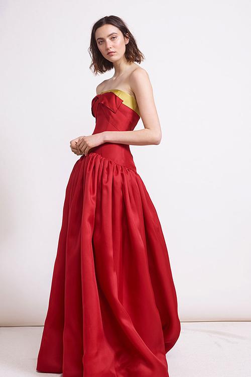 2. Váy đỏ và vàng:Sắc vàng là gam màu bổ trợ làm tăng lên vẻ thanh lịch cho chiếc váy đỏ trong bộ sưu tập của nhà mốt Reem Acra.