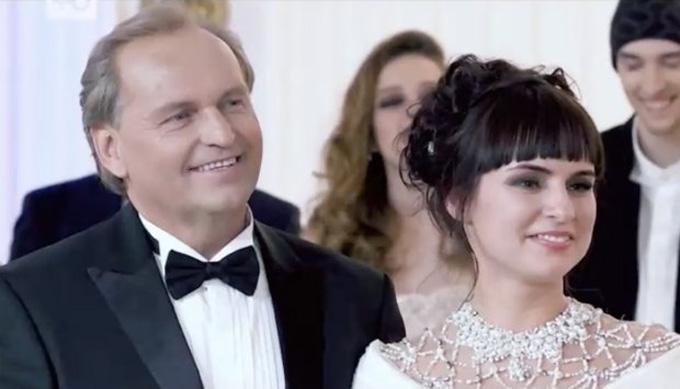Tài phiệt Nga hạnh phúc bên cô vợ trẻ xinh đẹp. Ảnh: east2west.