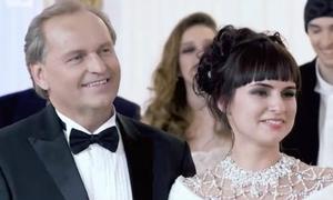 Nữ sinh nghèo đánh bại 2.000 đối thủ để kết hôn với tỷ phú dầu mỏ 55 tuổi