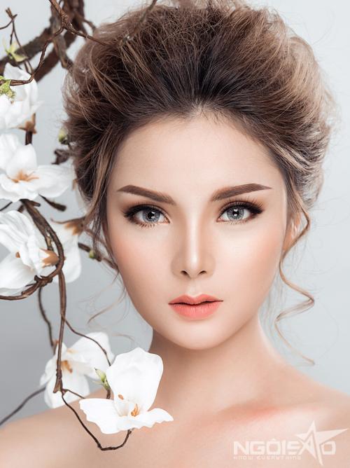 1. Mắt nâu, môi cam nhạt cho ban ngày: Sự tương phản giữa sắc trầm của phấn mắt và đôi môi màu nóng sẽ tạo chiều sâu cho ánh nhìn và tổng thể lôi cuốn, quyến rũ. Cách kết hợp này cũng dễ dàng phù hợp với nhiều phong cách của cô dâu. Cho buổi tiệc cưới vào ban ngày, bạn nên lựa chọn cách kết hợp màu sắc trang điểm cân bằng, hài hòa theo hướng dịu nhẹ.